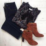 Look tendance automne 2016 : blouse imprimée col lavallière, jean brut et boots couleur terre de sienne
