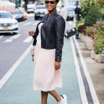 Look de mi-saison : jupe plissée nude + blouson cuir noir + baskets Stan Smith