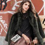 Look d'hiver féminin : blouse dentelle noire + manteau fausse fourrure vert foncé