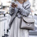 Look tendance automne-hiver 2016-2017 : pull gris col V + jupe midi métallisée plissée