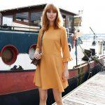 Une robe ocre à petit col victorien pile dans les tendances de l'automne 2016