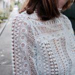 Une blouse en dentelle blanche à petit col montant victorien à ajouter à votre dressing !