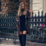 Tenue simple et efficace avec des cuissardes noires : avec une robe pull noire et un manteau oversize chiné