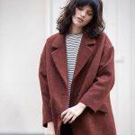 On craque sur la couleur roux foncé de ce manteau oversize !