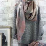 Pull gris côtelé en maille moelleuse + écharpe à carreaux rose pâle : pour un mix de couleurs douces