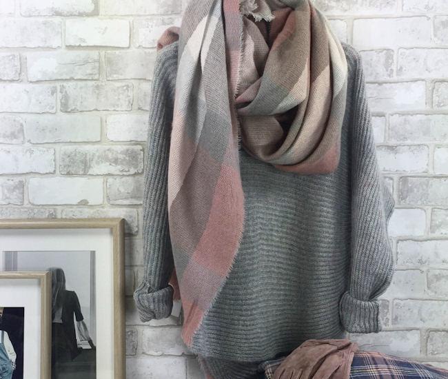03feea4e4840 Pull gris côtelé en maille moelleuse + écharpe à carreaux rose pâle   pour  un mix de couleurs douces