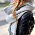 Maxi écharpe grise + blouson de motard matelassé : shoppez ce look en promo !