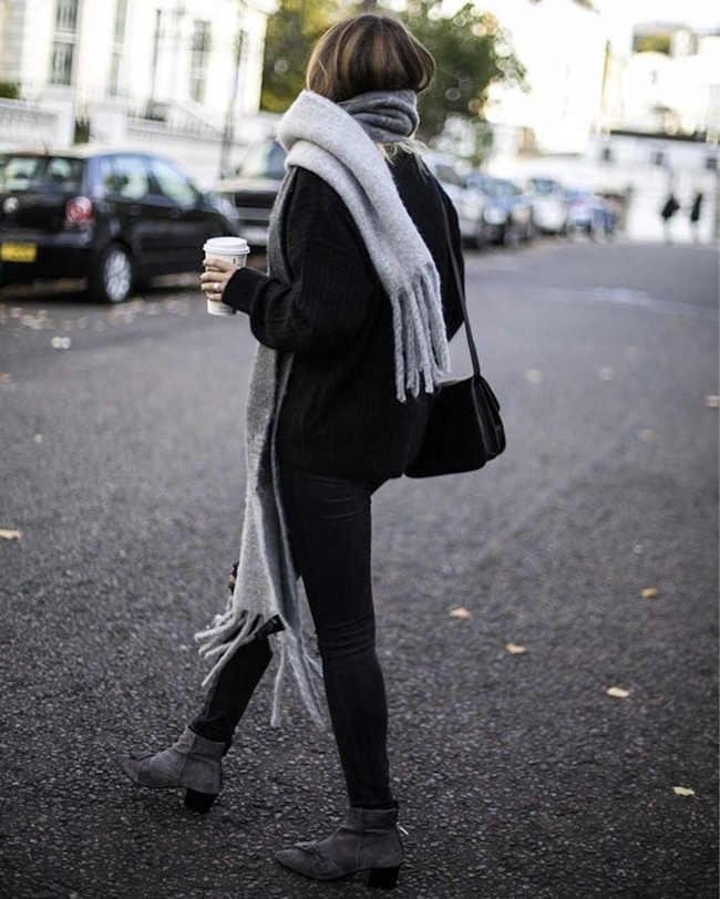 4f312426c84 Il fait froid   enveloppez-vous dans une grande écharpe gris clair à  franges !