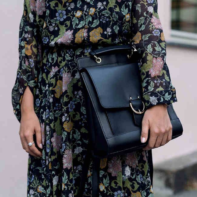 look d automne avec une robe longue fleurs et un sac noir boucle argent e taaora blog. Black Bedroom Furniture Sets. Home Design Ideas