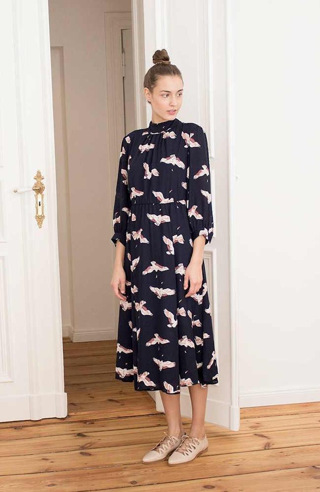 0d1d6a09d57 Robe midi imprimée tendance automne-hiver 2016-2017 + derbies nude à lacets    shoppez ce look en promo !