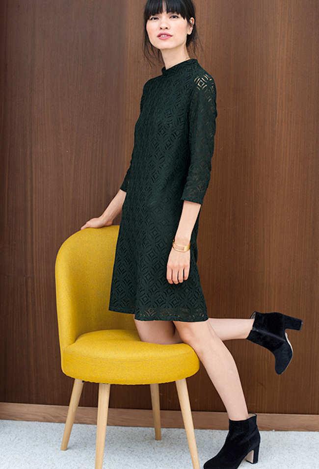 Look élégant et féminin avec une robe vert foncé en dentelle et des bottines  noires