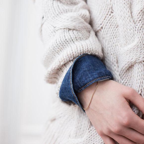 Look avec pull blanc torsadé et chemise en jean bleue