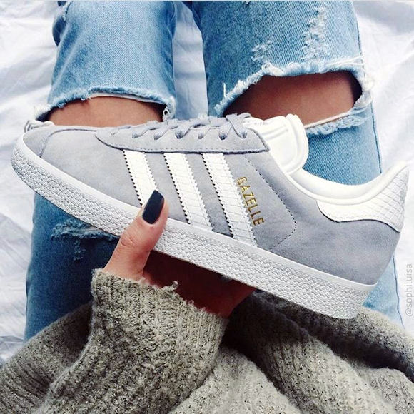 On adopte ces baskets Adidas Gazelle gris clair en nubuck