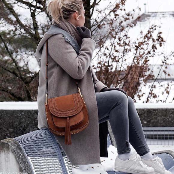 Complètement et à l'extrême Tenue du jour : manteau gris à capuche, sac Chloé Hudson caramel &HG_24