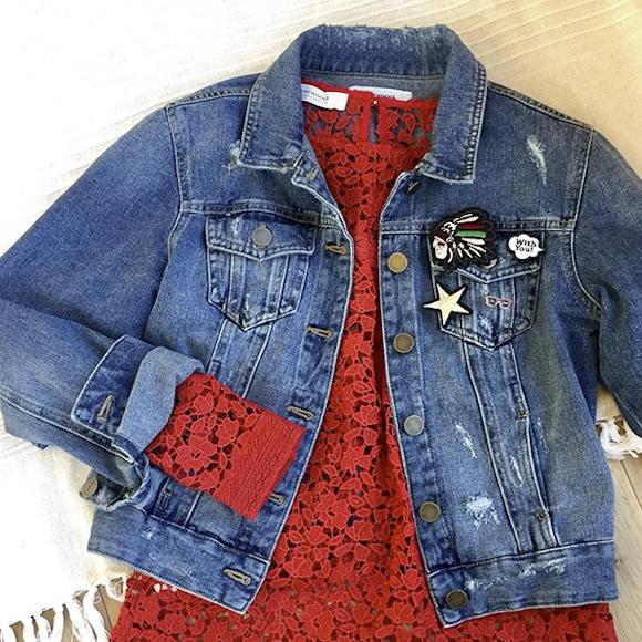 Top en dentelle rouge avec veste en jean