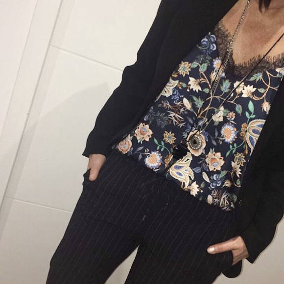 2d6821caa0 Look masculin-féminin : top à fleurs avec pantalon rayé chic et blazer noir