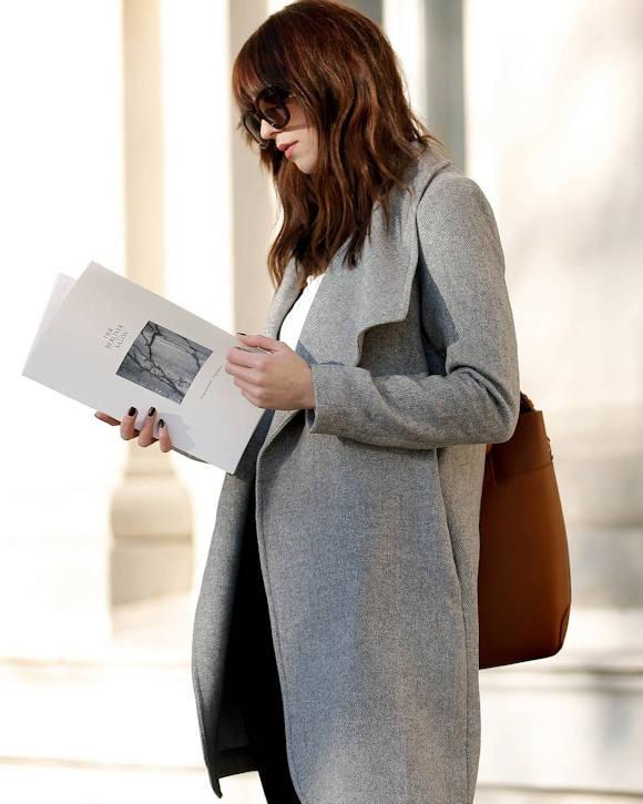 Look  manteau gris chiné classique et féminin (en soldes à