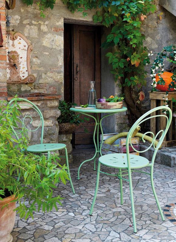 Décoration de jardin : chaises de jardin et table en fer forgé vert ...