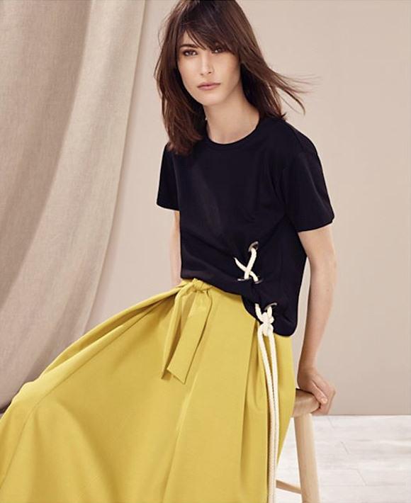 69fa1ac1074 Tenue chic et stylée   top noir à lacets en corde + jupe midi jaune à nouer