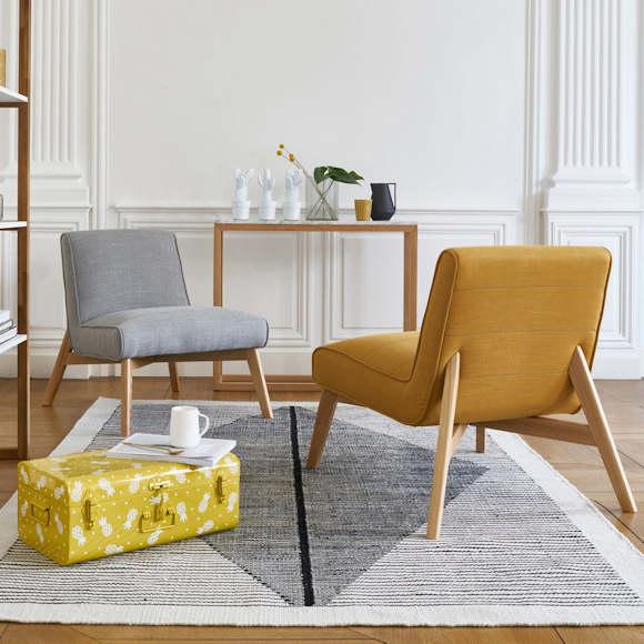 Déco salon gris et jaune : fauteuils rétro et malle de rangement en ...