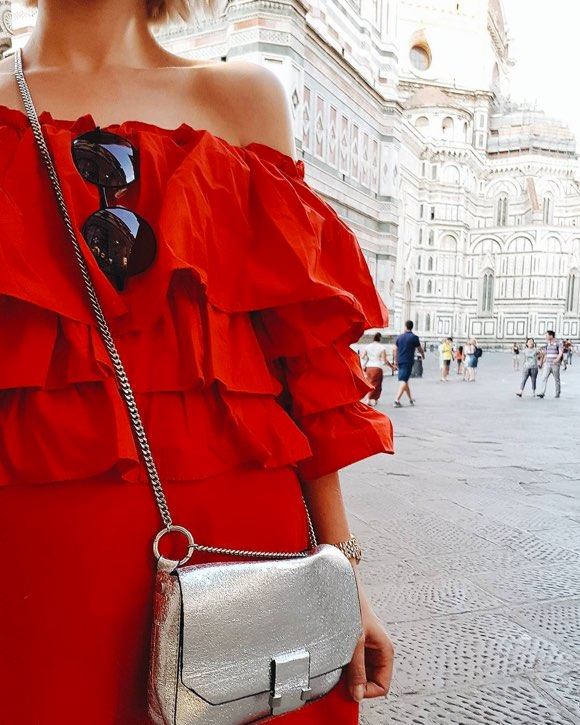 Robe rouge épaules dénudées