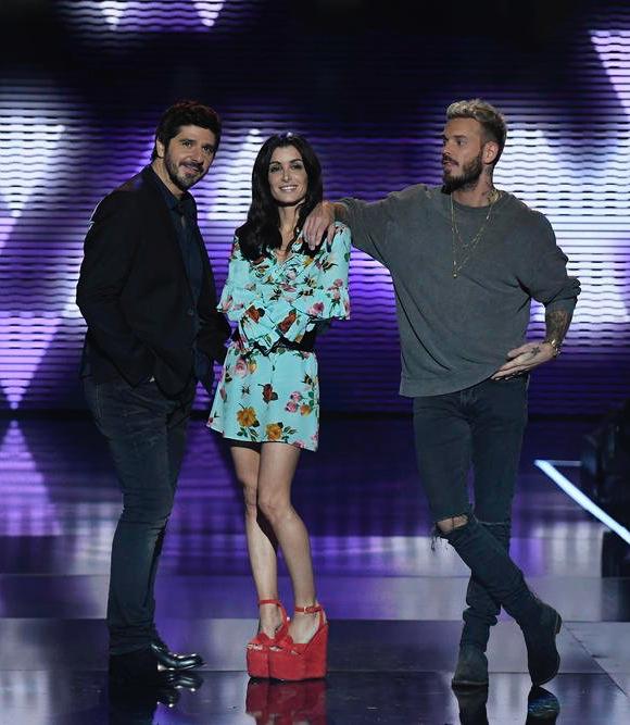 Le Look De Jenifer Dans The Voice Kids 4 En Robe Turquoise Fleurie Et Sandales Rouges Taaora Blog Mode Tendances Looks