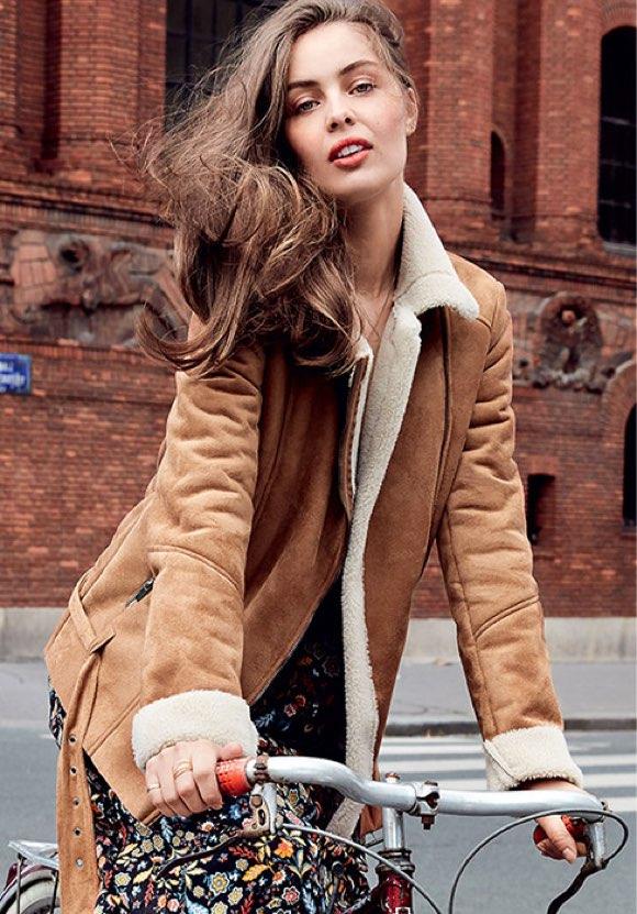 Look veste peau lainée et robe à fleurs style folk