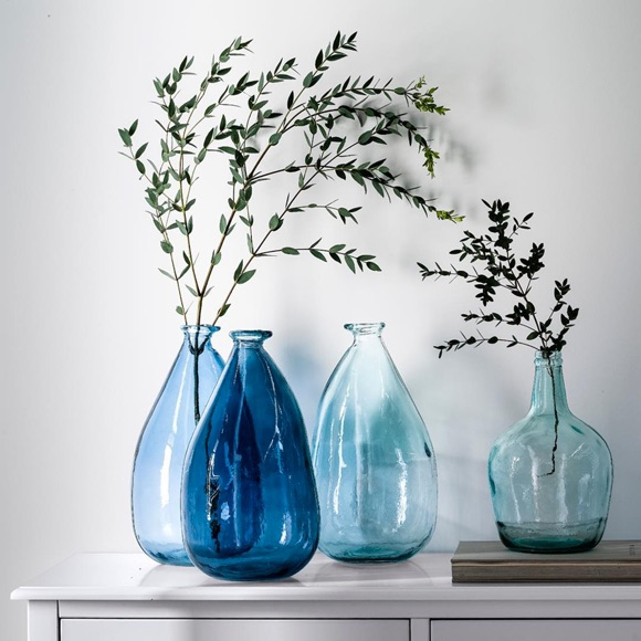 vases bleus en verre style artisanal pour apporter une. Black Bedroom Furniture Sets. Home Design Ideas