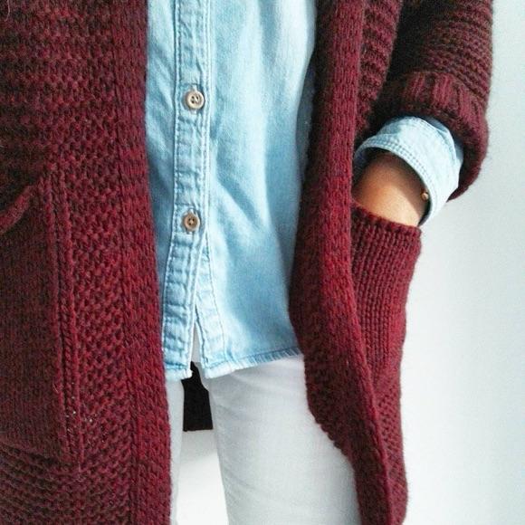 Gilet long bordeaux avec chemise en jean