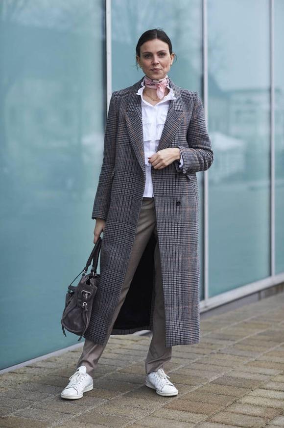 668702fb73 Comment s'habiller en automne-hiver ? Tenue avec un long manteau gris à  carreaux ...