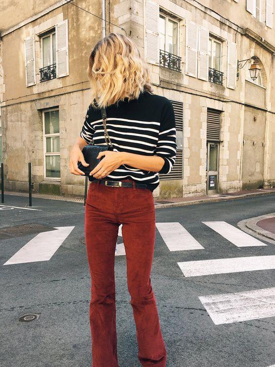 Comment porter un pantalon bordeaux évasé