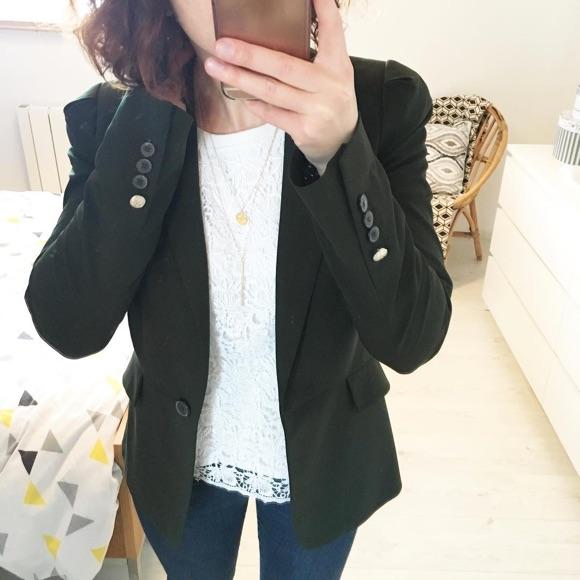 Top blanc en dentelle avec blazer noir