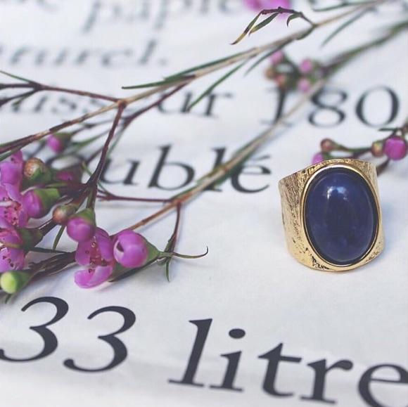 Bague dorée avec pierre bleue Médecine Douce