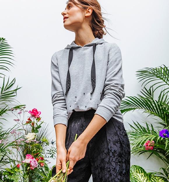 Sweat-shirt gris à capuche + pantalon chic noir   le bon look 1970ba631be