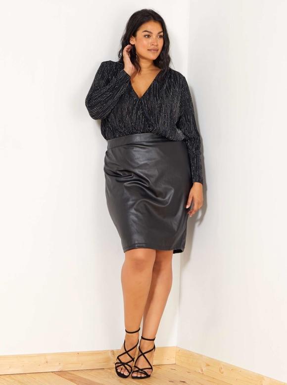 Chic et féminine en jupe cuir (taille jusqu\u0027au 56)