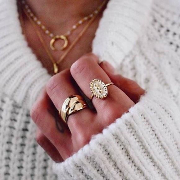 Pull blanc côtelé avec des bagues dorées
