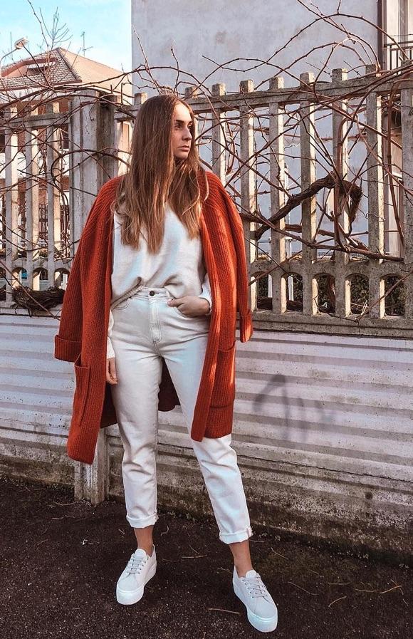 Gilet orange foncé et total look blanc
