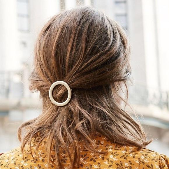 Idée coiffure avec barrette dans les cheveux