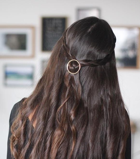 Coiffure avec barrette dans les cheveux