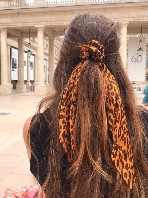 Chouchou foulard dans les cheveux